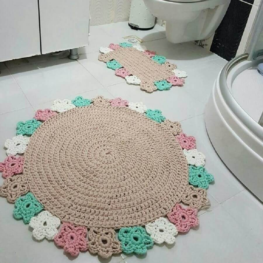 decoração de banheiro com tapete de crochê redondo com flores ao redor Foto Crochê Prático