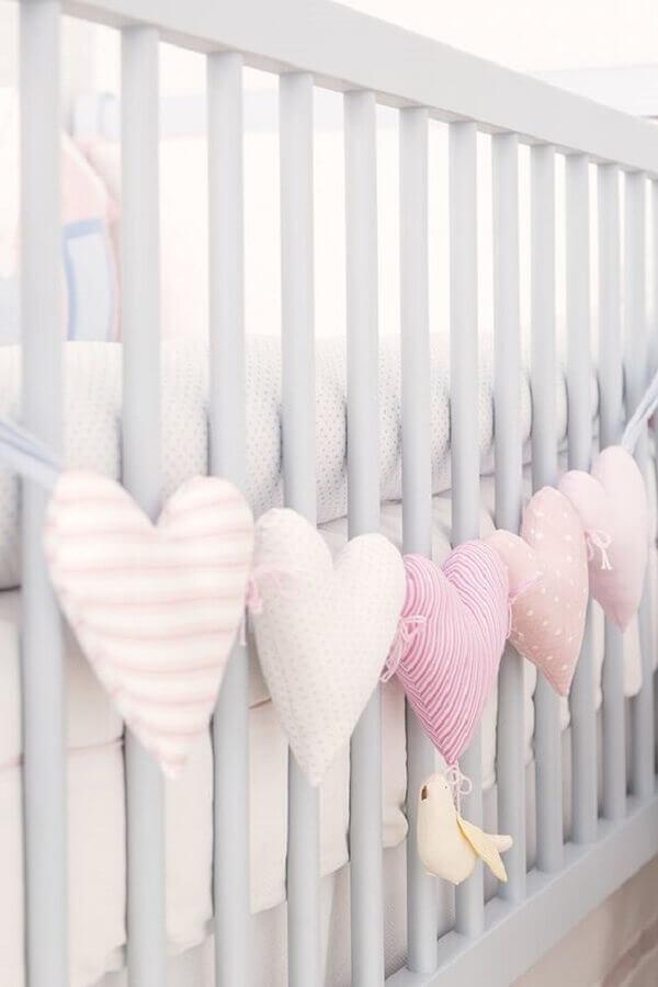 decoração de berço com enfeites para quarto de bebê rosa e cinza Foto Pinterest