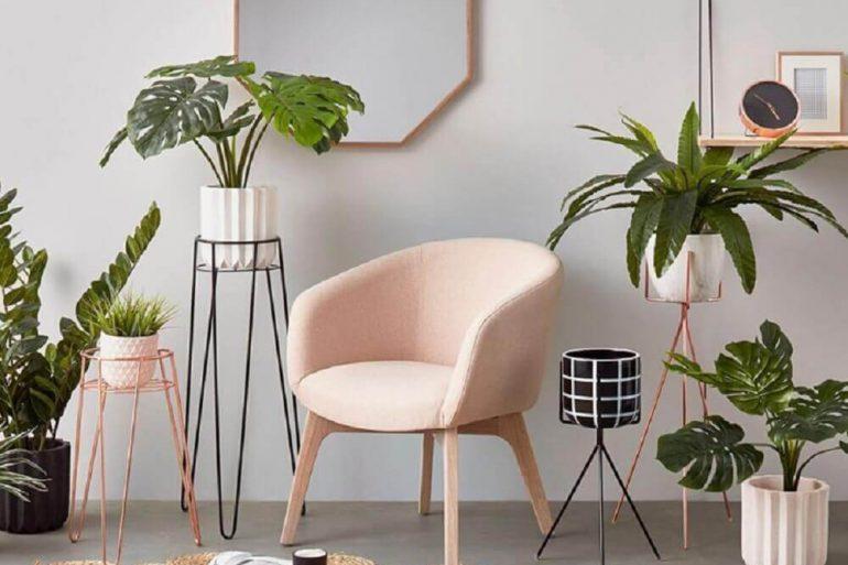 decoração de casa para o verão com estilo minimalista e muitos vasos de plantas