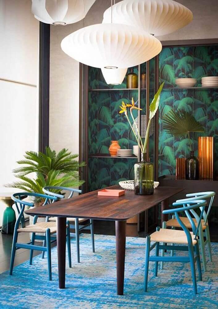 decoração de casa para o verão com papel de parede de folhagens e tapete azul