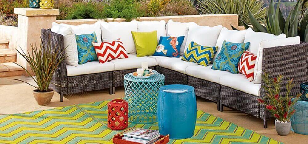 decoração de casa para o verão com varanda decorada com almofadas coloridas e seat garden