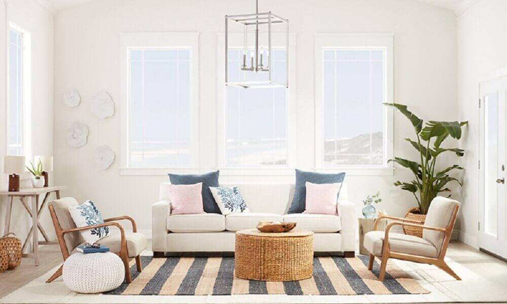 decoração de casa para verão com sala em tons claros e neutros