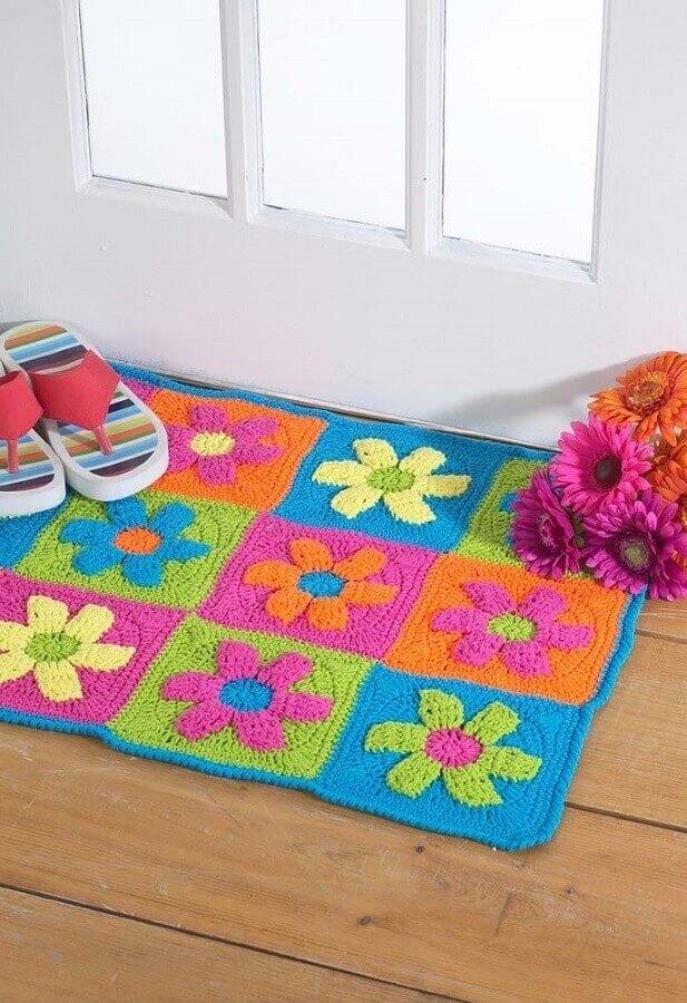 decoração de porta de entrada com tapete de crochê com flores coloridas Foto Pinosy