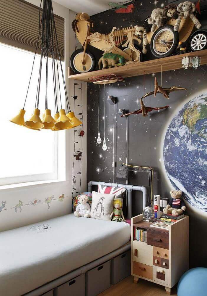 decoração de quarto com papel de parede imitando espaço pendente minimalista amarelo e caixas organizadoras embaixo da cama Foto André Piva