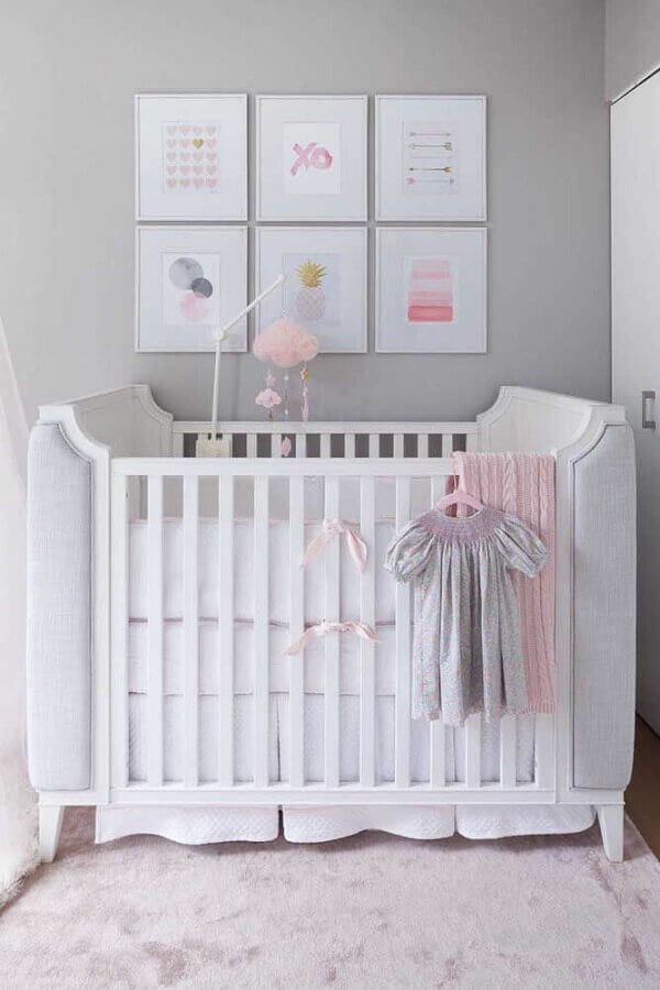 decoração delicada cinza e rosa com quadros para quarto de bebê Foto DecorPad