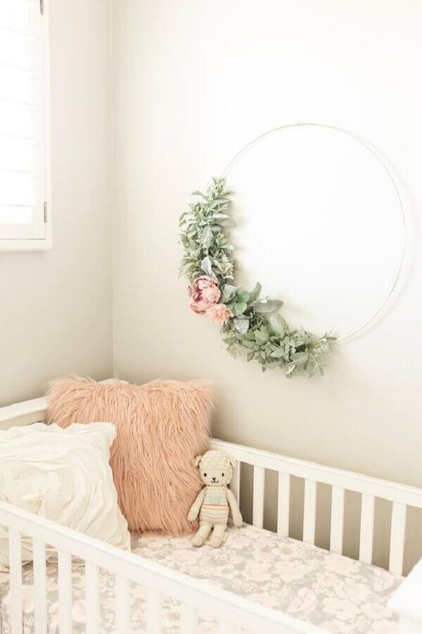 decoração delicada com enfeites para quarto de bebê feminino com arranjo de flores em arco Foto Etsy