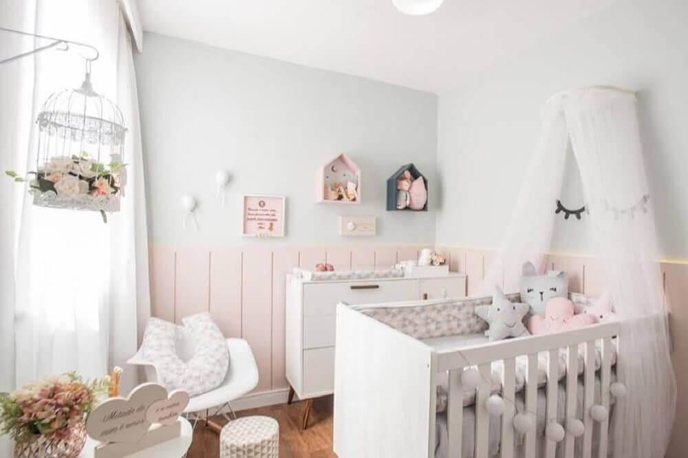 decoração delicada para quarto de bebê branco e rosa chá com dossel Foto Andrea Fonseca