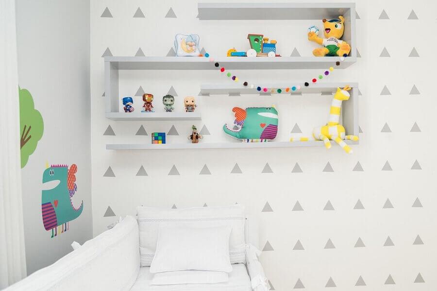 decoração divertida com enfeites para quarto de bebê todo branco com brinquedos e adesivos coloridos Foto Patricia Bigonha Drummond