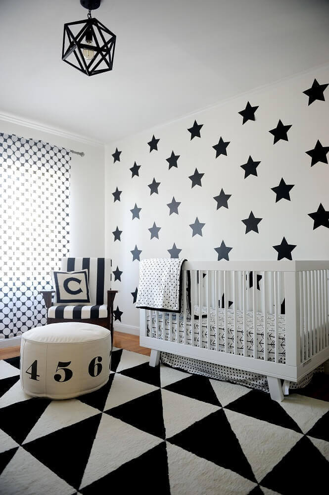 decoração em preto e branco para quarto de bebê moderno com adesivo de estrela na parede  Foto Kargo