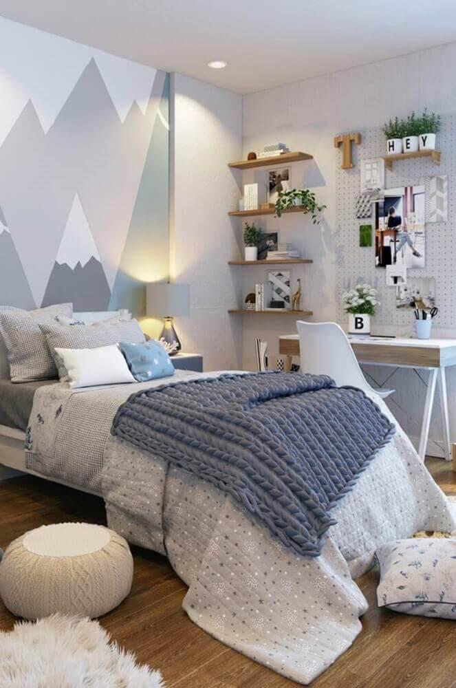 decoração em tons de cinza com adesivo imitando montanha para quarto moderno de solteiro com prateleiras de madeira Foto Neu dekoration stile