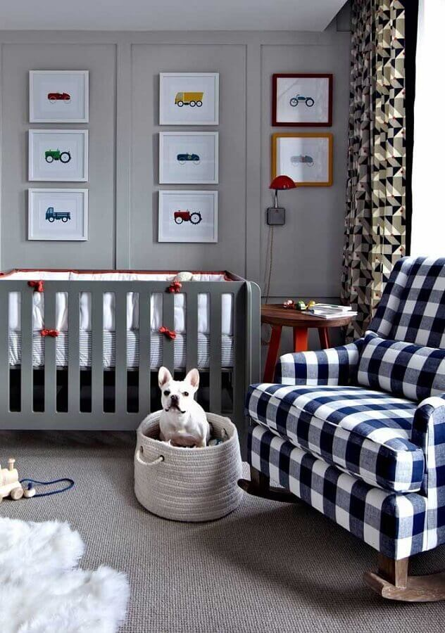 decoração em tons de cinza e azul com quadros para quarto de bebê Foto Hashimg