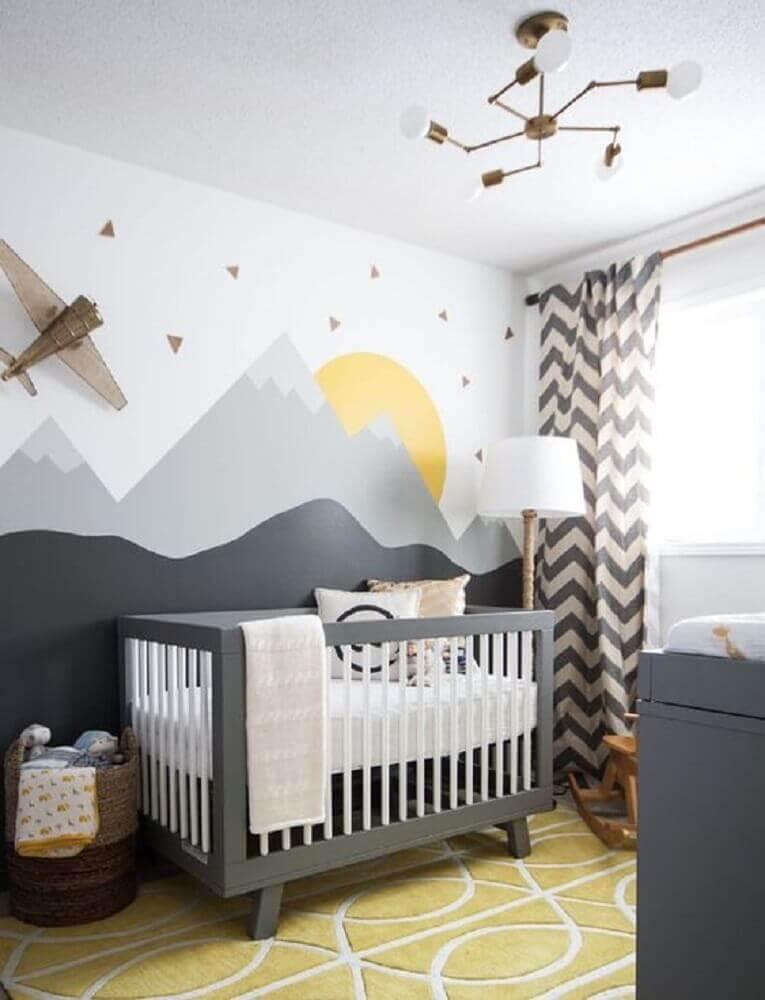 decoração em tons de cinza para quarto de bebê moderno com cortina de estampa chevron e adesivos de parede Foto Leclair Decor