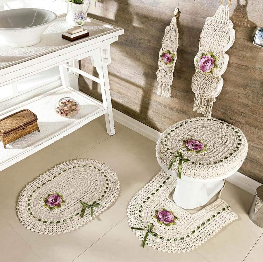 decoração em tons neutros com conjunto de tapete de crochê com flores para banheiro Foto Janja croche