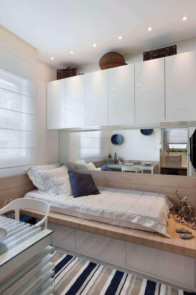 decoração em tons neutros com móveis planejados para quarto de solteiro moderno com tapete listrado Foto Pinterest