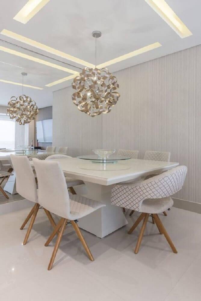 decoração em tons neutros com pendente para sala de jantar moderna com parede espelhada e mesa branca quadrada Foto Pinterest