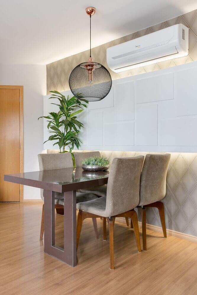 decoração em tons neutros com pendente sala de jantar pequena com revestimento em 3d Foto CLAUDIA COMPARIN