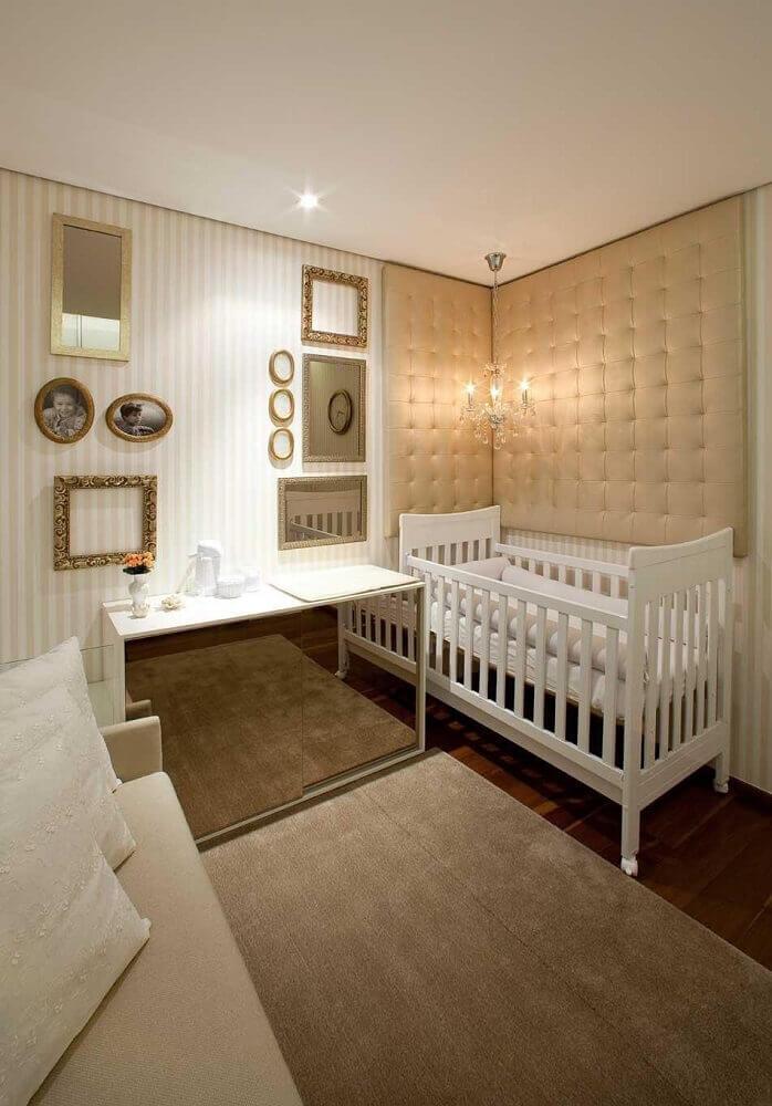 decoração em tons neutros para quarto de bebê feminino com cabeceira almofada e cômoda espelhada Foto Luis Fabio Rezende de Araujo
