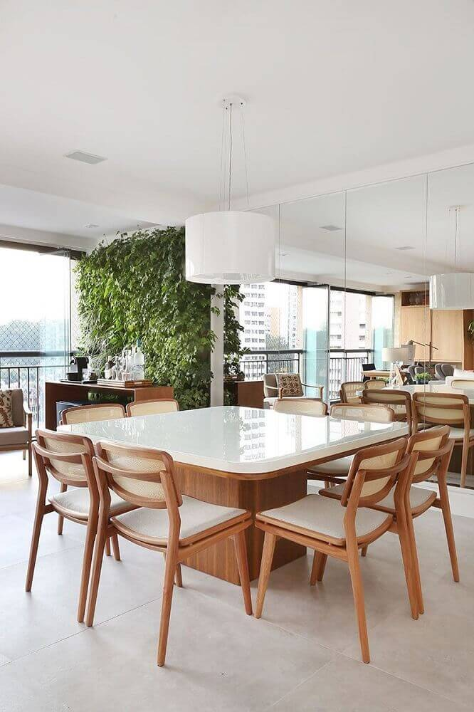 decoração em tons neutros para sala de jantar com pendente branco sobre a mesa quadrada Foto Stal Arquitetura