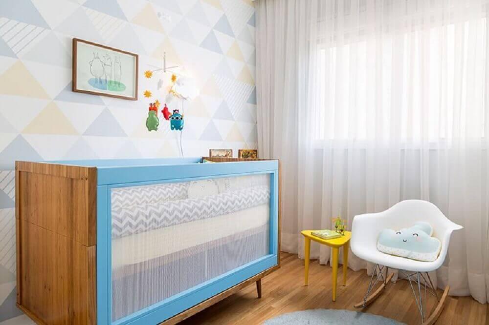decoração em tons pastéis para quarto de bebê moderno com berço azul e poltrona de amamentação de balanço Foto Studio Novak