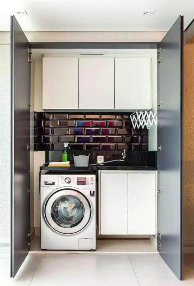 decoração lavanderia pequena com armários brancos e azulejo preto Foto Pinterest