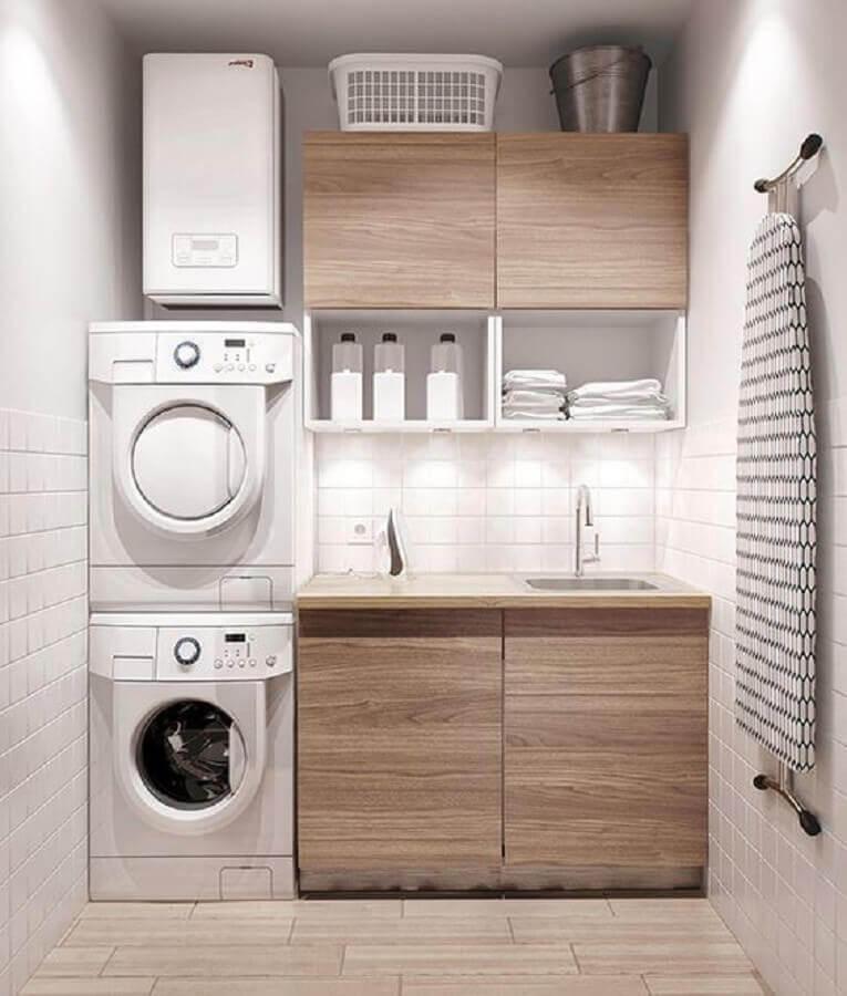 decoração lavanderia pequena com armários de madeira Foto Ashley Winn Design