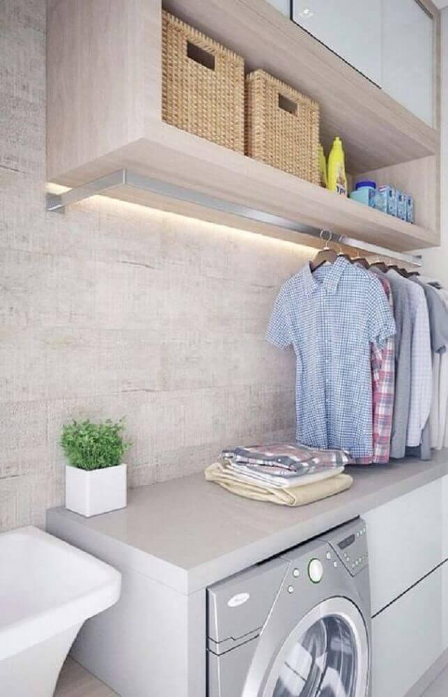 decoração lavanderia pequena com armários planejados e cabideiro Foto Pinosy