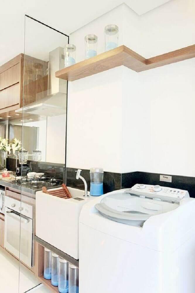 decoração lavanderia pequena com parede de vidro e prateleira de madeira Foto Lar Possível