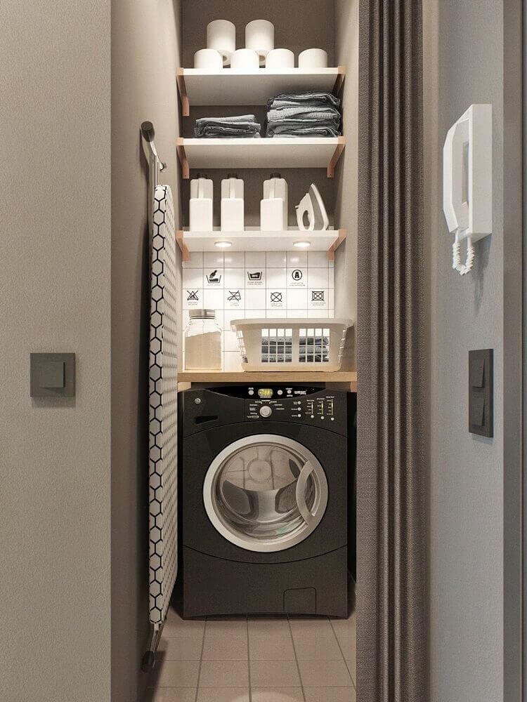 decoração lavanderia pequena com prateleiras brancas e espaço para tabua de passar roupas Foto Designxzo