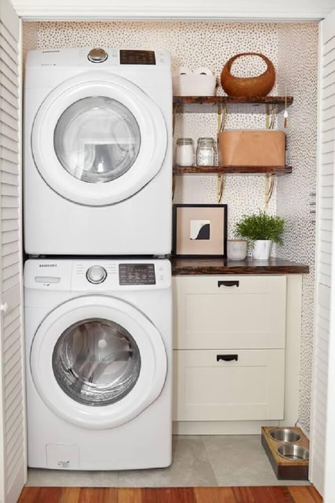 decoração lavanderia pequena com prateleiras de madeira e armário pequeno Foto Involvery