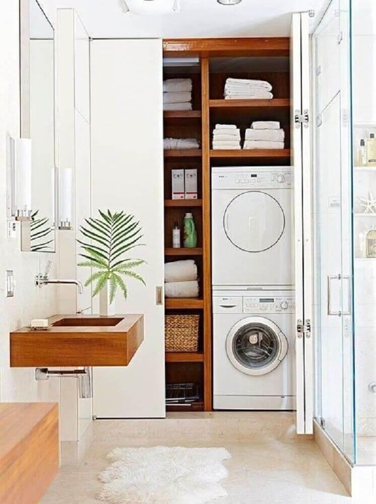 decoração lavanderia pequena planejada com nichos de madeira e porta de correr branca Foto Antic&Chic
