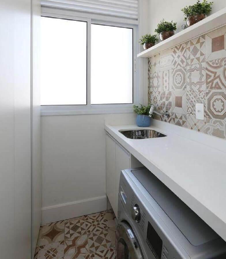 decoração lavanderia pequena simples com ladrilho hidráulico Foto Duda Senna