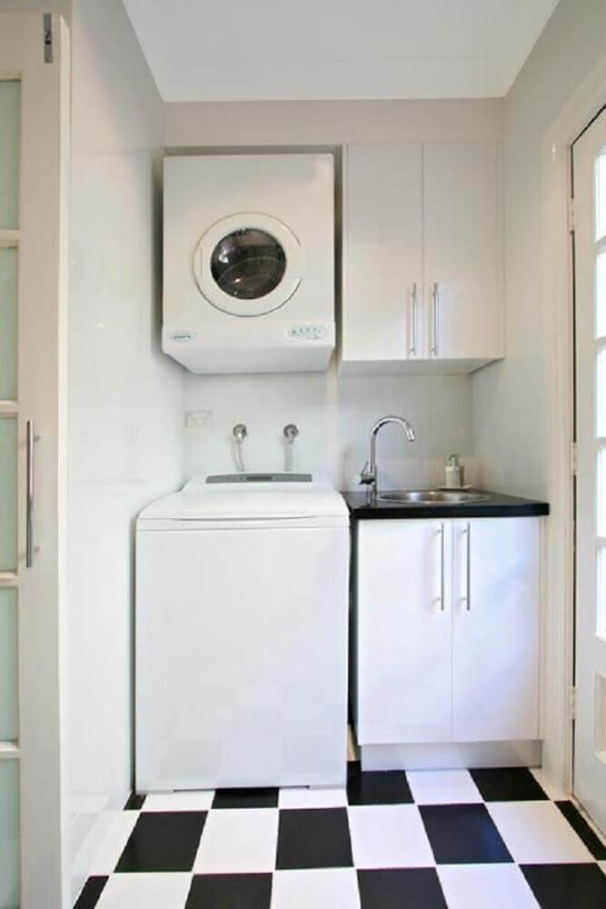 decoração lavanderia pequena simples com piso preto e branco Foto Pinosy