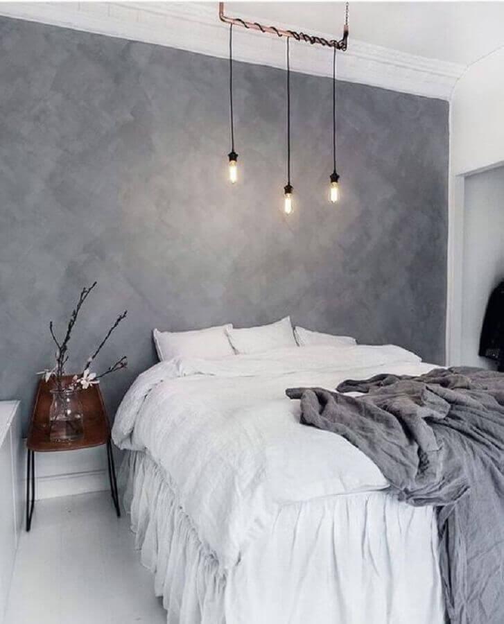 decoração minimalista para quarto moderno com parede de cimento queimado e luminária pendente sobre a cama Foto We Heart It