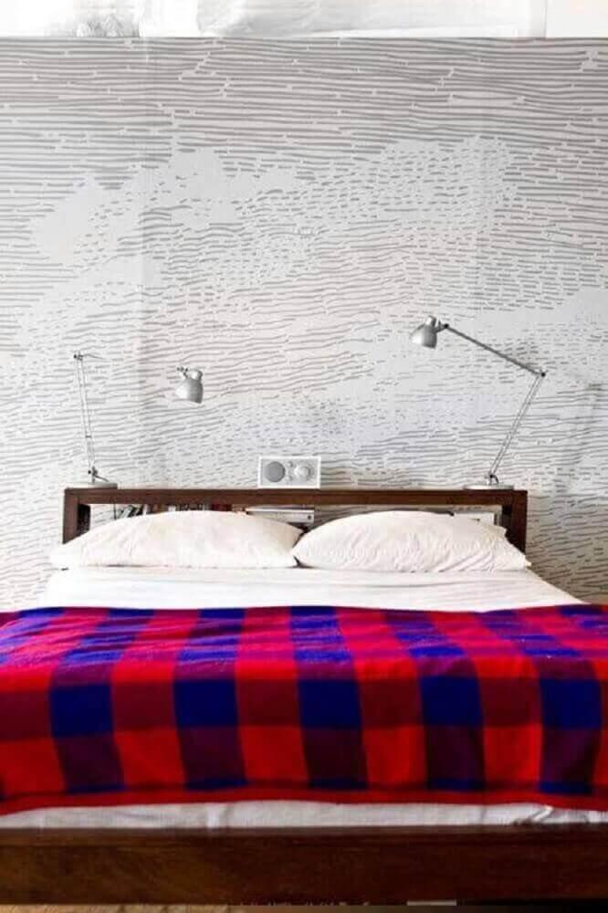 decoração minimalista para quartos modernos com papel de parede e luminárias prateadas Foto Assetproject