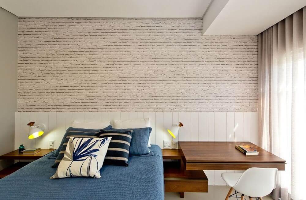 decoração neutra para quarto moderno de solteiro com parede de tijolinho e móveis planejados Foto Espaço do Traço Arquitetura