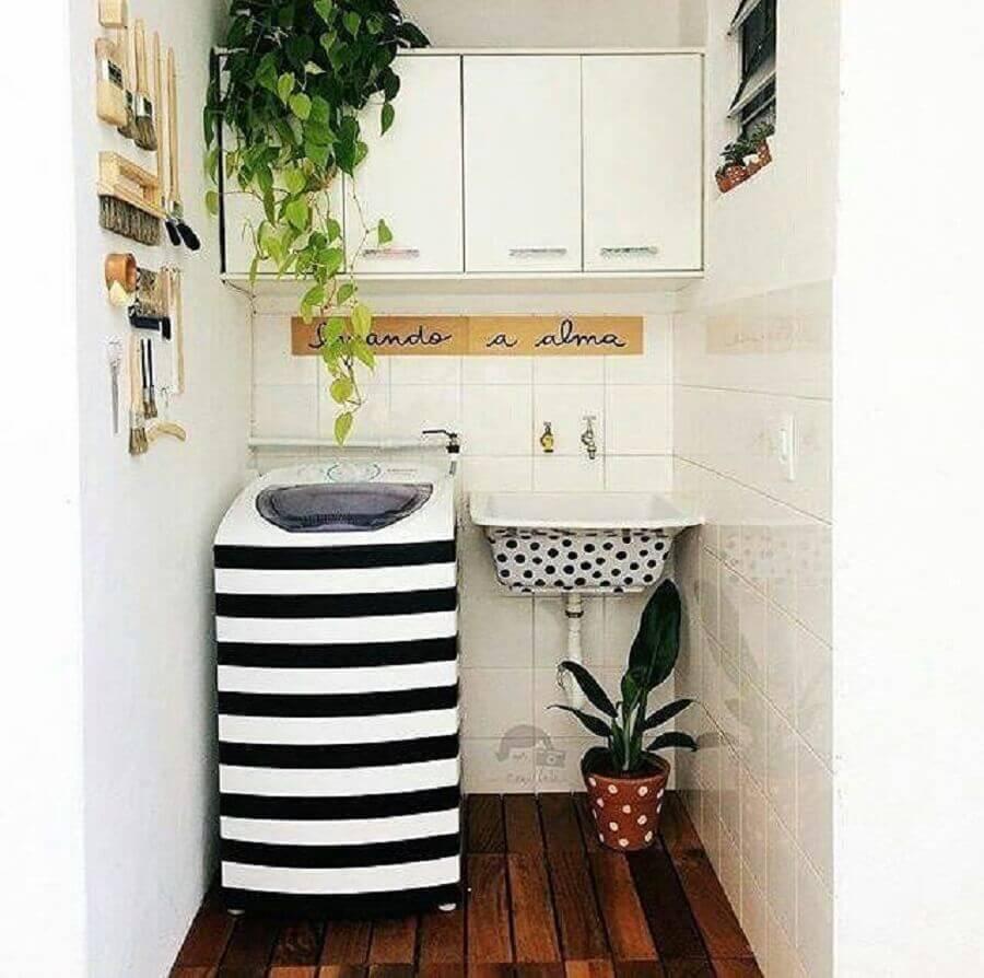 decoração para lavanderia pequena e simples com armário aéreo branco e tanque com máquina personalizados Foto Mary Ferreira
