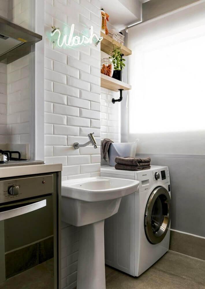 decoração para lavanderia pequena e simples integrada com cozinha com subway tile e luminária neon Foto Pinterest