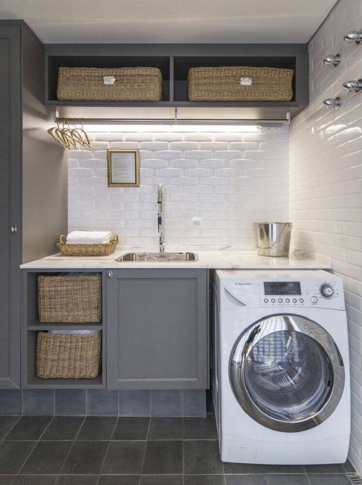 decoração para lavanderia pequena planejada com armários cinza e subway tile Foto Casa de Valentina