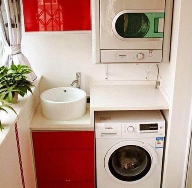 decoração para lavanderia pequena planejada com armários vermelhos Foto Pinterest