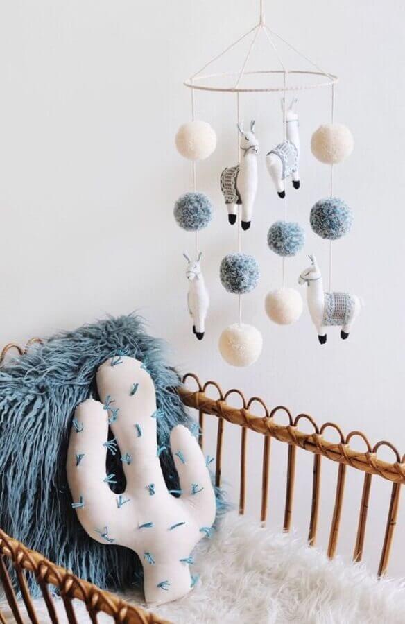 decoração para quarto de bebê com almofada de cacto e mobile de lhamas Foto Pinterest