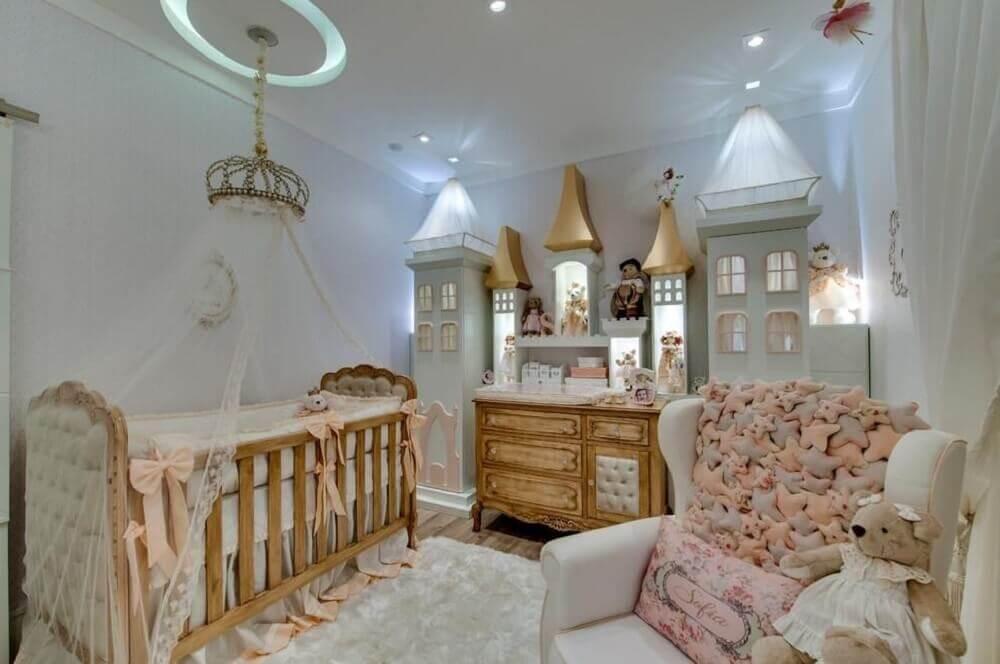 decoração para quarto de bebê feminino estilo princesa com detalhes em rosa cinza e móveis de madeira Foto Andrea Bento