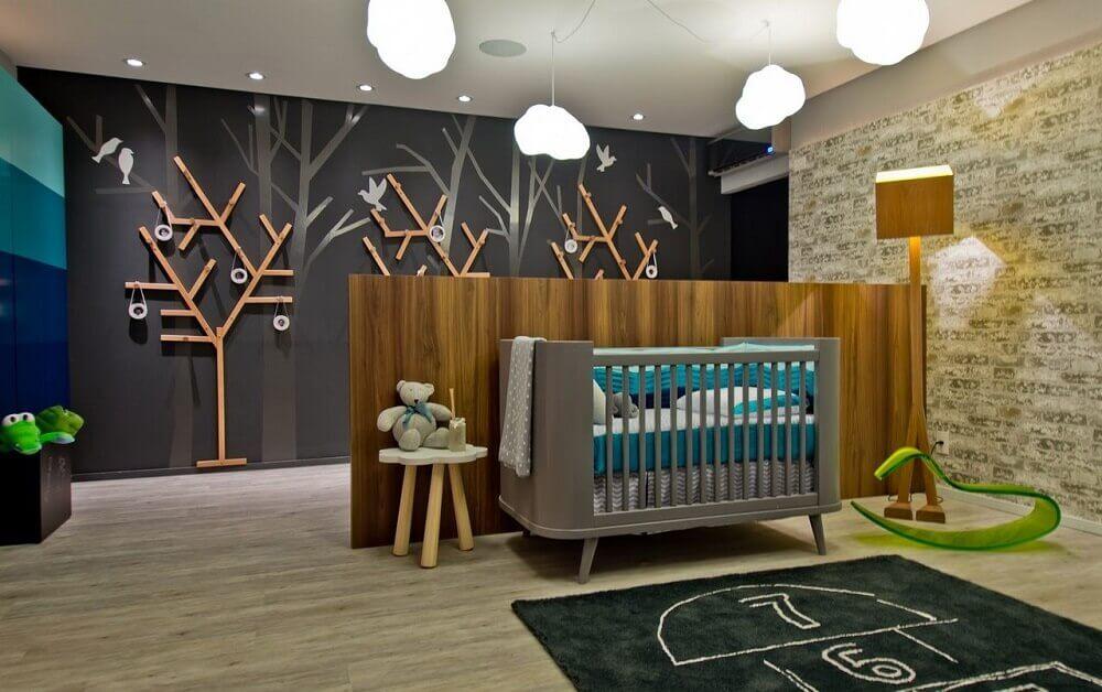 decoração para quarto de bebê moderno com berço cinza e divisória de madeira com luminária de piso Foto Espaço do Traço Arquitetura