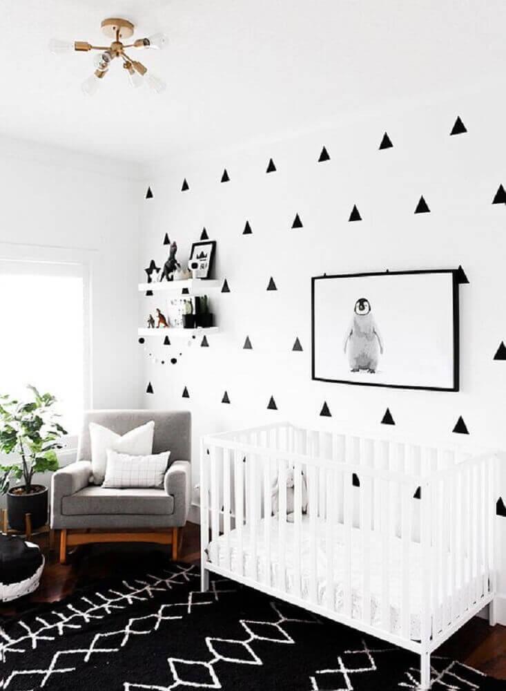 decoração para quarto de bebê moderno com tapete preto e adesivos em formato de triangulo para parede com quadro de pinguim Foto Paper Llamas