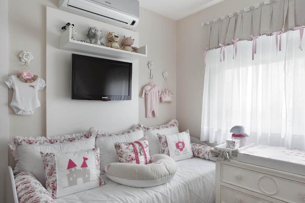 decoração para quarto de bebê todo branco com detalhes em rosa claro e painel de tv Foto Leticia Araujo