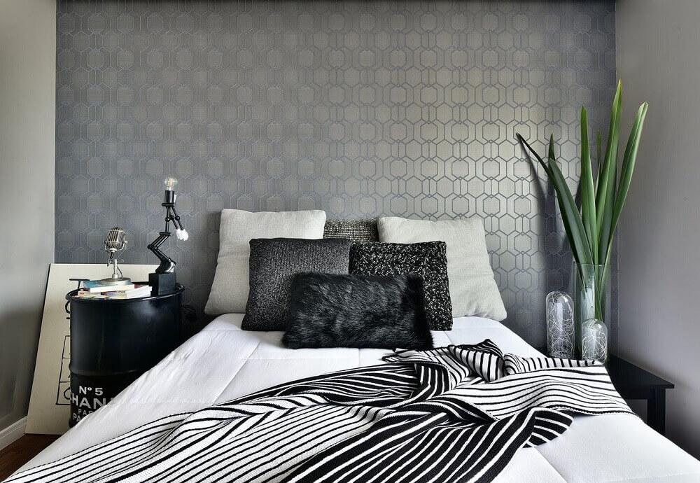 decoração para quarto de casal moderno com papel de parede cinza e criados mudos diferentes Foto Tetriz Arquitetura e Interiores