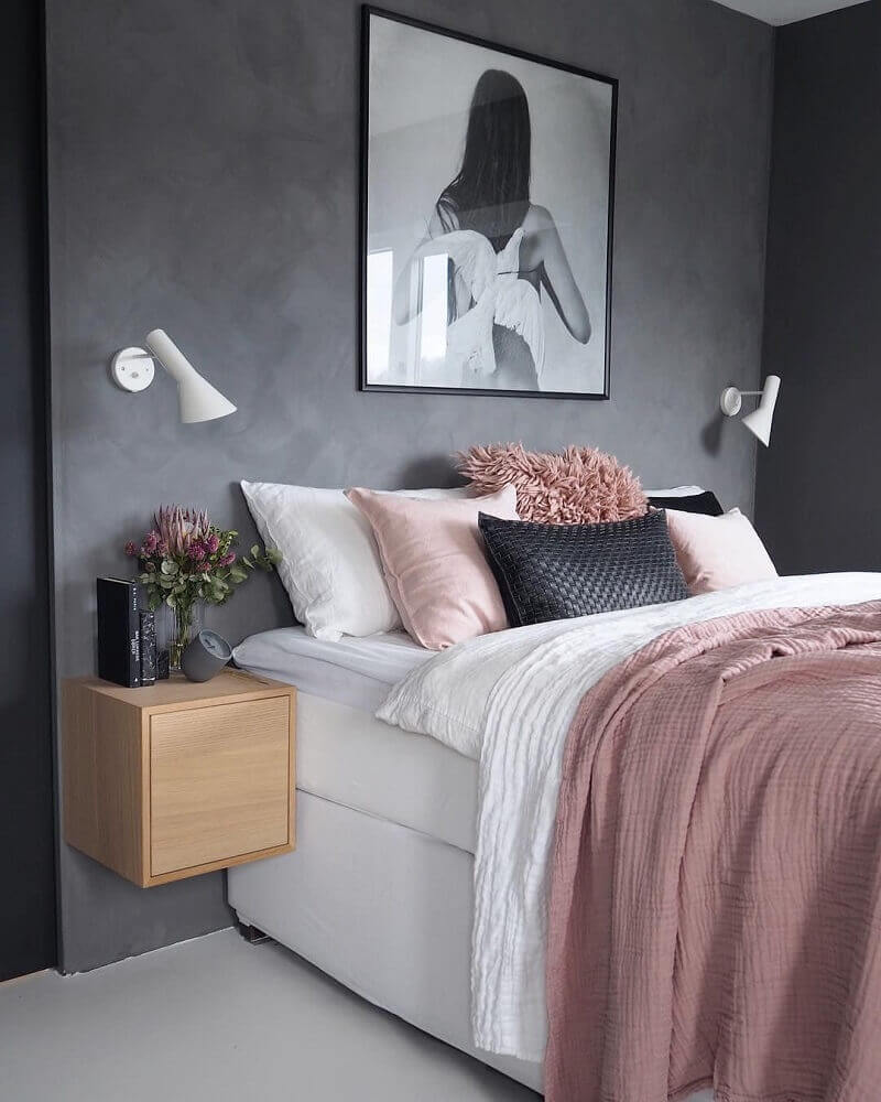 decoração para quarto feminino jovem moderno com parede de cimento queimado e criado mudo de madeira Foto Zozu