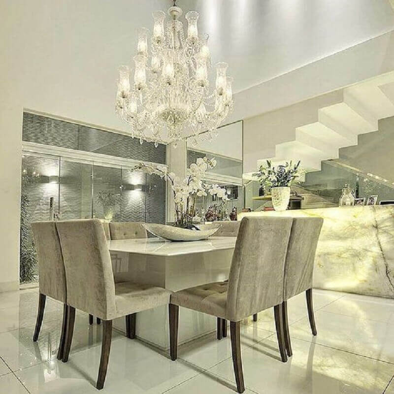 decoração sofisticada em tons neutros com lustre pendente para sala de jantar com parede espelhada Foto Pinterest