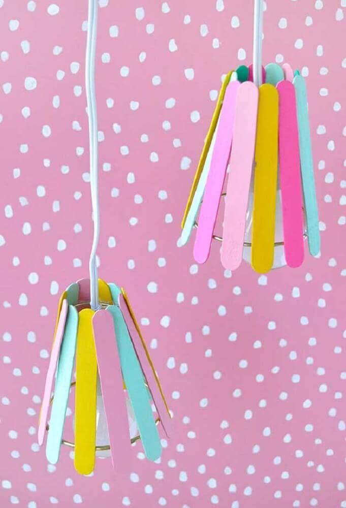 divertida luminária feita de artesanato com palito de picolé Foto Linimg