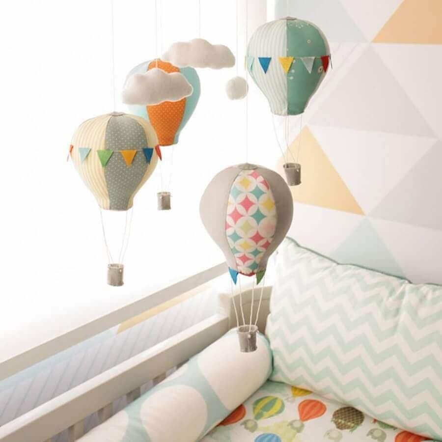 enfeites para Quarto de Bebê - mobile com nuvens e balõezinhos coloridos Foto Pinterest