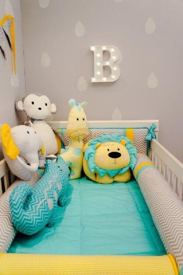 enfeites para quarto de bebê decorado com parede cinza com adesivos em formato de gotas Foto Pinterest